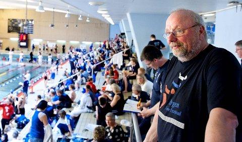 Gjert Dahl, leder av organisasjonskomiteen til Bergen Swim Festival, har satt opp 50 000 kroner i premie til den første verdensrekorden i Ado Arena. Her fra et tidligere stevne i Sentralbadet. Arkivfoto: Skjalg Ekeland.
