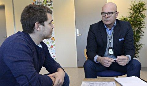 Victor (25) soner nå en dom for narkotikasalg i Hustad fengsel. Sammen med sin advokat Robert Fonn har han nå saksøkt en fengselsbetjent i Bergen fengsel for brudd på taushetsplikten. Foto: Tore Dyrnes, Tidens Krav