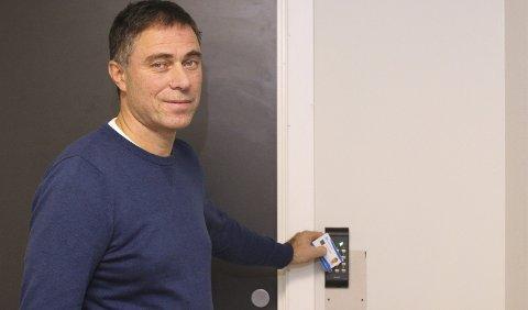 – Vi får et kinderegg der smart-påloggingen utgjør den største gevinsten, sier Hans Christian Berstad, som er IKT-sjef i Kvam kommune. Her demonstrerer han nøkkelkortet som døråpner. FOTO: ODDMUND MOEN