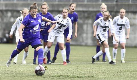 Malin Blomvågnes Lie setter straffen i 1-0-seieren mot Stord rett før sommerpausen. Ikke bare har hun scoret 16 mål i løpet av vårsesongen, men hun har også levert åtte målgivende pasninger. FOTO: Odd Løvset, Hordalandsfotball
