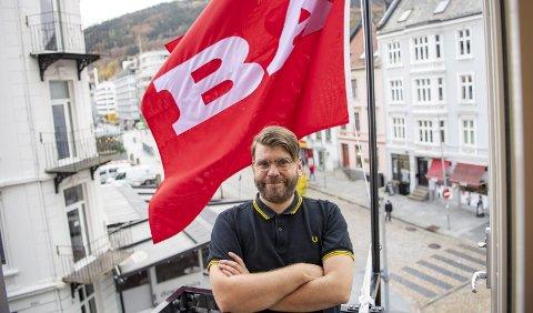 BER OM TIPS: BA kårer Årets Bergenser for 23. gang. Sjefredaktør Sigvald Sveinbjørnsson ber om tips fra leserne. – Fortell oss om dem som har gjort en spesiell innsats under pandemien, oppfordrer han.  Her på plass på en av bakongene i det nye BA-huset. FOTO: EMIL W. BREISTEINFOTO: EMIL WEATHERHEAD BREISTEIN