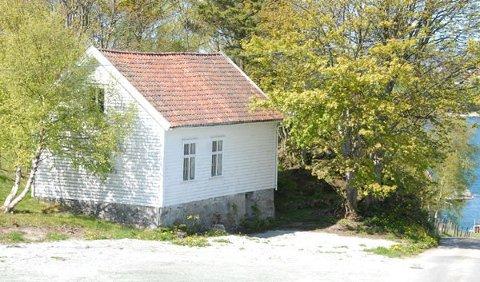 Rådmannen i Rennesøy anbefaler at denne eldre skolebygningen på Bru kan selges som fritidsbolig.
