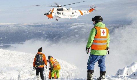 Stor mobilisering: Representanter fra Hjelpekorpset i Krødsherad deltok i øvelsen, som foregikk i et kontrollert skred i nærheten av skiløypene på Norefjell. 330-skvadronen bidro med helikopter med varmesøkende kamera og skredsøkerutstyr.