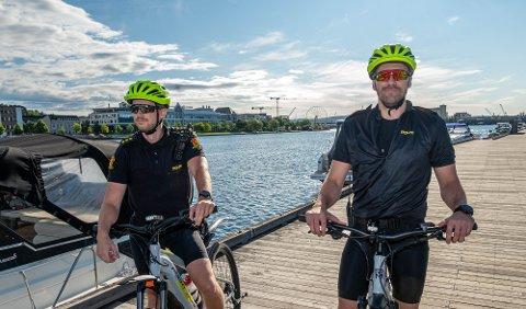 40 TIMER: I skrivende stund sitter politipatruljen på sykkelsetet. De skal totalt legge bak seg 40 timer sykling. Fra venstre: Sebastian Myhro og Sigurd Ramstad Alm.