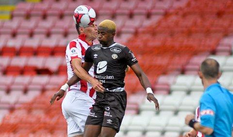 TAR STEGET OPP: Alioune Ndour forlater Sogndal og 1. divisjon til fordel for eliteseriefotball med FKH. Her er han i duell med Tromsøs Simen Wangberg.