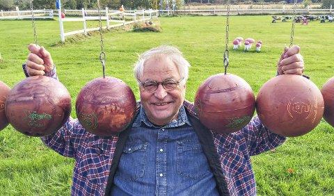 Rullebane: Egil Syverens hode kombinert med 18 bowlingkuler ga et unikt bevegelig kunstverk med dominoeffektfoto: erik hagen