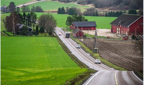 Fartsmåling: I fjor ble fartsgrensen satt ned til 50 km/t i Vardeveien ved Vetatoppen i Borge. Siden er mange tatt for å kjøre for fort, senest i dag lørdag.