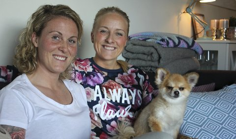 TUNGT TID: Isabell Herlovsen (til venstre) og kjæresten Christine Porsmyr Olsen, sammen med hunden Leo. Foto: Lillian Holden