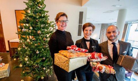 Ensomt juletre: Stine Carlsen fra Hjelp oss å hjelpe, Helen Granlund og Dino Beslic fra Quality håper på mange julegaver.