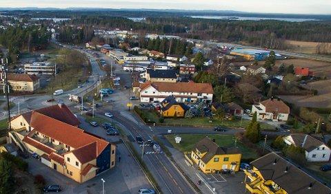 Mer kompakt: Karlshus står overfor store utbyggingsplaner. Bebyggelse i kvartalsstruktur, torg og gågate er foreslått bak dagens rekke med forretninger.