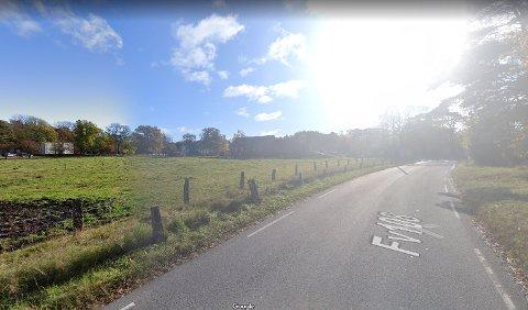 Veien fra tunnelåpningen til Hvaler kirke er smal. Nå skal Viken fylkeskommune bygge en tre meter bred gang- og sykkelvei på denne strekningen. Til venstre i bildet skimtes Hvaler kirke.  Foto: Google Maps