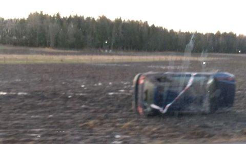 Bilen havnet ikke bare i grøfta, men snurret rundt og landet på et jorde, melder FB-tipser