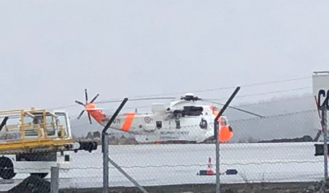 PÅ VENT: Her står redningshelikopteret på Evenes. tette snøbyger gjør at det ikke kan fly inn i området.