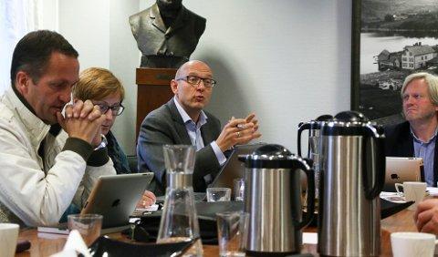 Rådmann Knut Underbakke har lagt fram sin anbefaling for hva politikerne bør tjene. Andreas Eidsaa jr., til venstre, og Frode Fjeldsbø, til høyre, er blant politikerne som skal avgjøre saken.