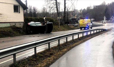 NÆRE: Det var bare så vidt at ulykkesbilen ikke traff husveggen. FOTO: STIAN DRAKE