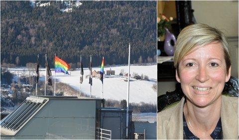 Hotelldirektør Hanna Stenberg og First Hotell Breiseth har heist Prid-flagg foran Vinterpride som startet i Lillehammer onsdag.