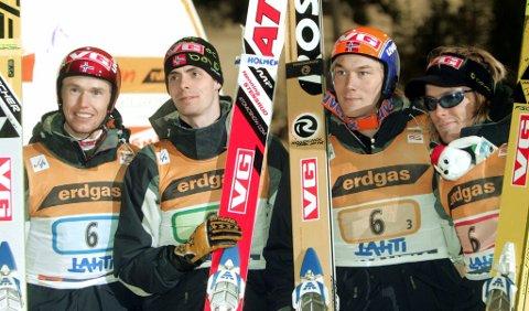 ETT ÅR FØR DET SA STOPP: Roar Ljøkelsøy, Henning Stensrud, Daniel Forfang og Bjørn Einar Romøren feirer norsk verdenscupseier i laghopping i Lahti i mars 2005.