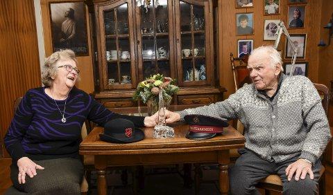 SAMHOLD: Inger og Oddvar har et langt liv sammen, og har brukt store deler av livet på å hjelpe andre som trenger det gjennom uendelig mange timer med frivillig arbeid for Frelsesarmeen. 21. desember ble de hedret med Hadelandsprisen for 2017.