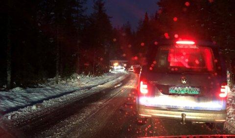 OMKJØRINGSVEGEN: En lastebil sklidde av vegen i Oppdalslinna mandag ettermiddag. Dette er omkjøringsvegen for Lunnertunnelen.