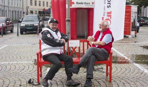Nestleder i Halden Røde Kors og Østfold Røde Kors Tore Trollbu (til høyre) og visitor og mentor Odd Falmyr prøvde Røde Kors-benken. Foto: Kristine Aas