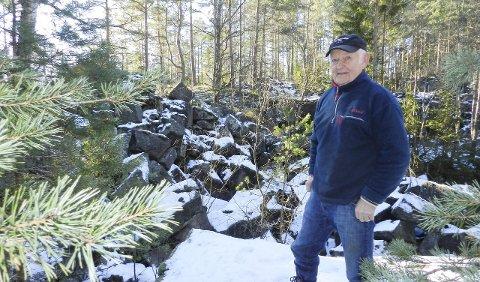Her hogde faren: Kristian Torp i bruddet Hovskasa hvor faren  Hans var steinhogger i 1952. Kristian var 14 år og husker godt hvordan jobben ble gjort. Bortsett fra vegetasjonen, er alt likt som det var den gang.