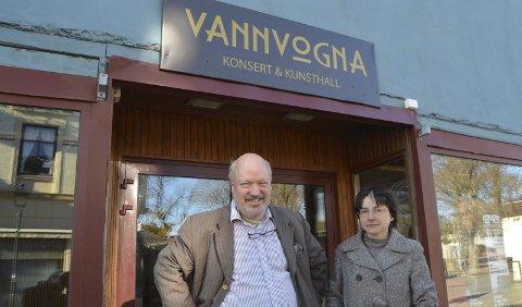 Vann på mølla: Det nærmer seg at Vannvogna kan åpne for daglig virksomhet. Emil og Tatyana Stang Lund foran døra de håper svært mange vil gå igjennom i årene som kommer.