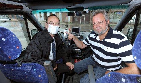 KORONALIGNENDE FORHOLD: Frykten for å få svineinfluensa var betydelig i 2009. Her sitter Erik Ebeltoft (med munnbind) og Bent Skogli fra Halden Taxi. På den tiden kunne de kreve at influensasyke passasjerer måtte ha munnbind for å kjøre med. Bent Skogli mener nå at også koronapandemien har påvirket drosjebransjen.