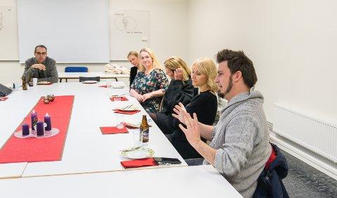 JULELUNSJ: Lærer Jørgen Rogne sammen med Inger Felde Nordby (Ferskvann), Cathrine Nilsen (Ferskvann), Hanne Sundby (Fabelaktiv),  Elin Østmoen (Anti) og Jens Haugen (Anti).