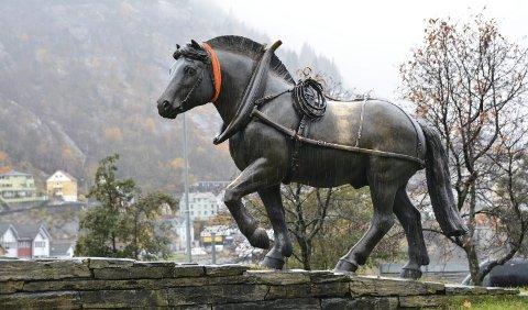 Held varmen: Hesten utanfor kyrkja har fått skjerf på seg.