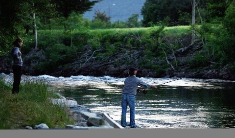 LAKS I ELVA: I natt opnar fisket i Etneelva etter to stengte år. Talet på villaks som alt er gått opp i elva er mange gonger større enn til same tid i fjor.