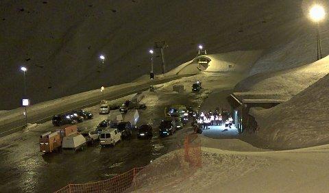 Helikopteret ble funnet i en bratt fjellside mellom Røldal skisenter og Seljestad. Opp mot 30 personer deltok i søk på bakken.