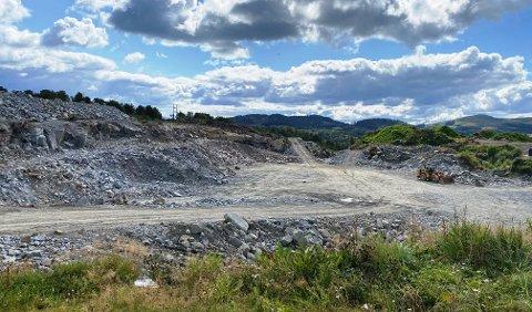 STORT: Det er sprengt ut 145.000 kubikkmeter i arbeidet med det nye deponiet på Toraneset. Deponiet strekker seg over 22.000 kvadratmeter.