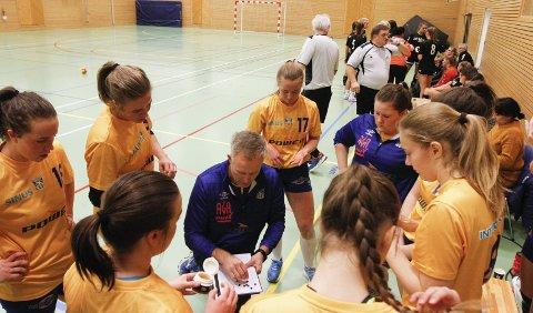 TIMEOUT: Trener Børge Toft tegner og forklarer for spillerne. – Vi har mye og lære, og vi er på god vei, sier han.