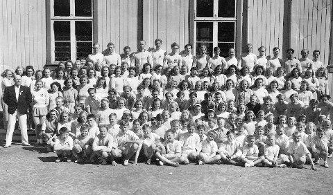 STERK POSISJON I MIL: Turn har alltid stått sterkt i klubben. Her er formann Herman Wika (t.v.) sammen med sine turnere i 1951. De er samlet foran Gammelgymmen som var treningslokalet da.  Sportsarkivet