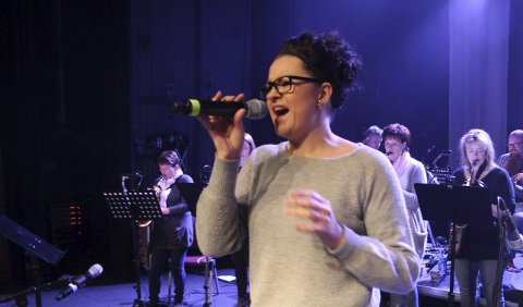 Deltaker: Tina Rønning, vokalist i Granmoen storband, er en av deltakerne på Gilles 9. juli. Foto: Stine Skipnes