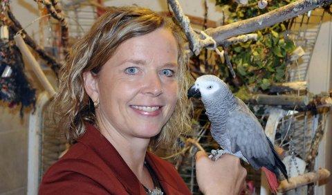 LIDENSKAP: ‒ Papegøyene sier «God jul!» hele året og hoster likedan som faren min, sier Hanne J. Nordgaard. I fuglerommet på Olderskog finner hun større verdier enn i bankhvelvet.