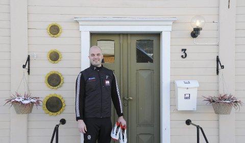 BARE INNOM: Med skiskoene i nevene var Øyvind Jetne klar for vinterferie denne uka. Halvannen time innom jobben i Sjøgata for å intervjues var likevel ingen umulighet.