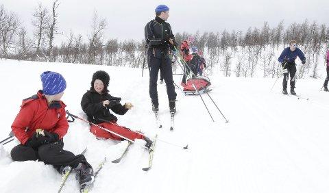 ENDA EN SKITUR: Skisesongen er ikke over i Hattfjelldal. Nå blir det preparerte løyper lørdag, og for dem som vil gå på ski på 17. mai er det gode muligheter. Foto: Per Vikan