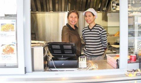 Endrer planene: Daglig leder Panjaros Kimakhom (t.v) på Pan Thai skulle etter planen flytte fra matvogna i Strandgata og inn i lokalene til Kafe Sentrum. Det samarbeidet blir det likevel ikke noe av. Her sammen med kokk Thanutra Lertprakaisaeng ved en tidligere anledning.