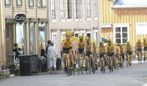SJØGATA: Joakim Haugen Finsås ledet feltet på 27 syklister inn til byen og gjennom Sjøgata.