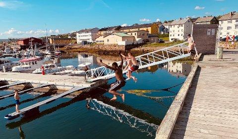 KOSER SEG: Disse guttene har badet ved bryggen i mange timer. De syns det er gøy å springe fart å hoppe ut i vannet.