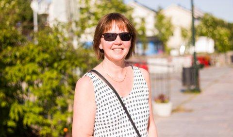 FERIE: Hilde Skjerven Bersvendsen (48) fra Vadsø har ferie og er takknemlig for det fine været. - Det er fint å ha sol her, og dra på ferie til Gotland til uka, hvor det også er meldt bra, sier hun og forteller at det er ekstra fint å være på Ekkerøy og Ytrebyfjæra om sommeren.