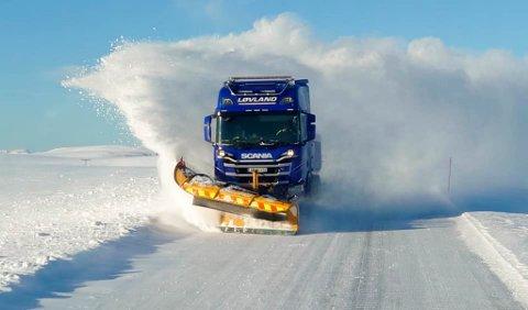 LOKAL BRØYTEAKTØR: Løvland Maskin og Transport AS sin brøytebil på brøyteoppdrag. De er i dag underleverandør på Magerøya, men håper at de fra høsten er hovedleverandør på flere strekninger på Magerøya.