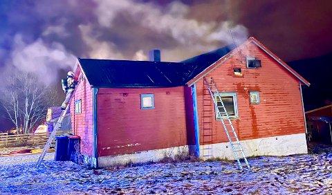 VANNSPYD: Brannkonstablene fikk kjølt ned flammenen med vannspyd før røykdykkerne gikk inn i huset.