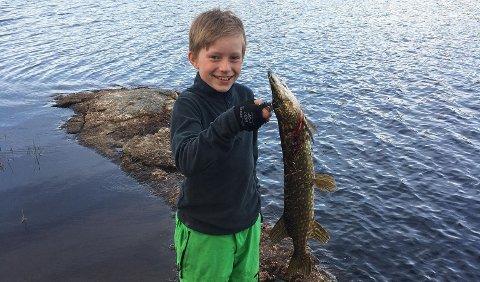 Anders Hellem Glende (13) fikk ei fin gjedde på kroken ved Langfossjøen.