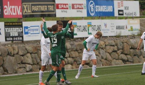 VANT: Gabriel Håland feirer sin 2-0 scoring sammen med Thomas Moi