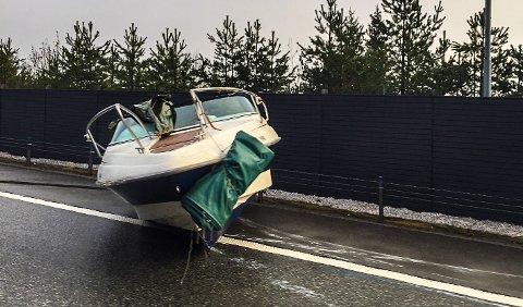 PÅ SKULDEREN: Båten som skvatt av hengeren ble liggende på veiskulderen.