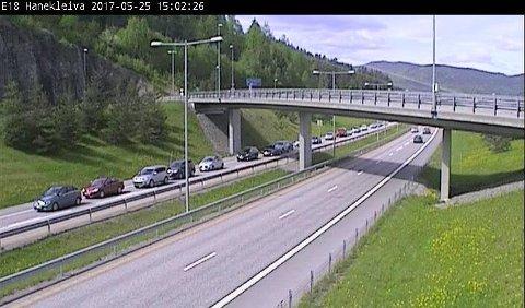 KØ: Trafikken står stille på E18 ved Hanekleivtunnelen etter ulykken.
