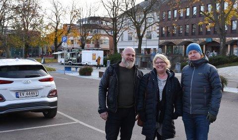 P-TILTAK: Ordfører Are Karlsen (f.h.), varaordfører Christina Bratli og næringspolitiker Eirik Belaska varsler gratis parkering i desember for å demme opp for netthandel.