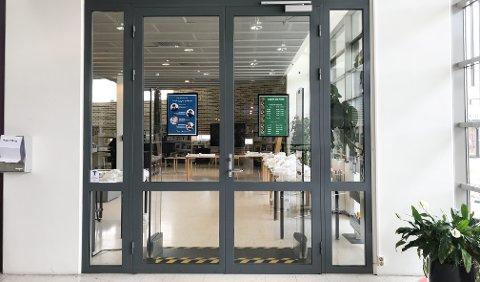 ÅPNER SNART: Til uka åpnes disse dørene igjen, etter å ha vært stengt i over to måneder.